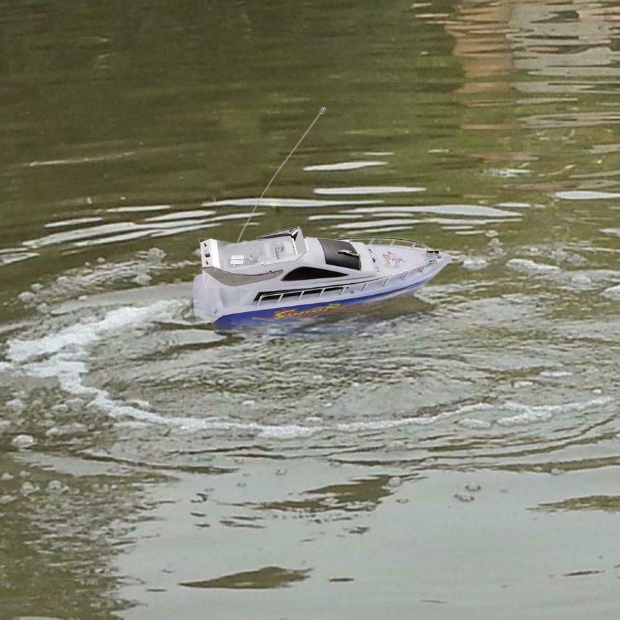 Žaislinis laivas valdomas radijo bangomis
